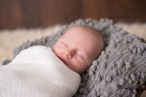 baby som sover søtt i teppe