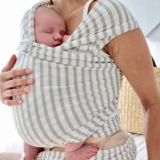 baby og more med stripet bæresjal - ekte bæreglede