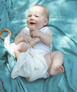 søt baby som leker på teppet baby koseteppe