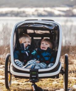 HAM400030-OUTBACK-barn-koser-seg-i-hamax-sykkelvogn